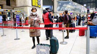 Matkustajia Milanon rautatieasemalla