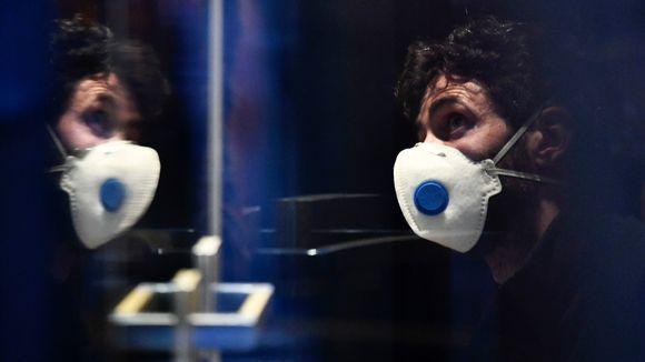 Miehellä hengityssuojain hotellissa Itävallassa jossa todettiin koronavirustartunta.