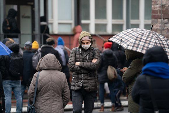 Mies jolla on hengityssuoja kasvoillaan Berliinissä.