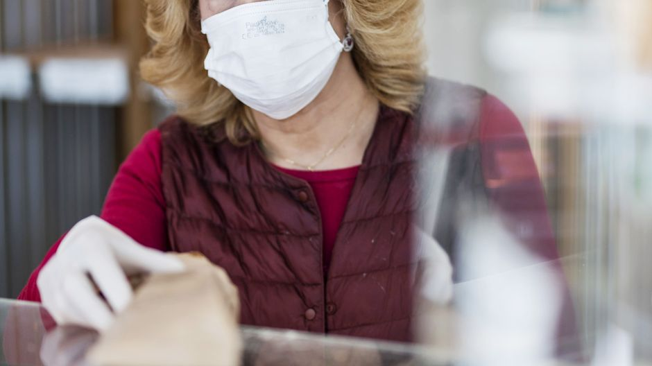 Thursday's papers: Reduced infection rate, mass mask-wearing, and a Posti bonus
