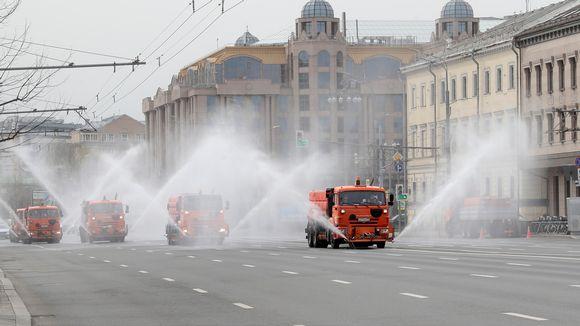 Katuja desinfioitiin Moskovassa 24. huhtikuuta.