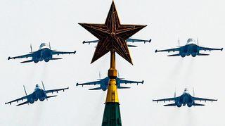 Sotilaskoneita Kremlin yllä Voitonpäivän paraatin harjoituksissa.