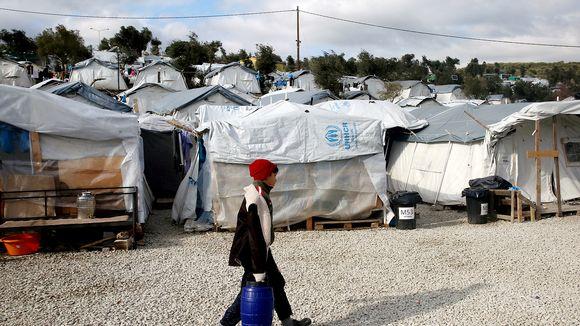 Lapsi kantaa vesitynnyriä Morian pakolaisleirillä Kreikassa.