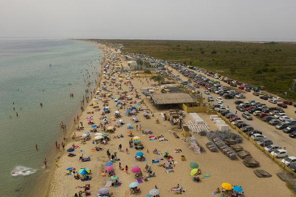 Ilmakuva ihmisistä uimarannalla Epanomissa Thessalonikin lähellä Kreikassa.