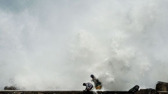 Kuvassa aallot iskevät satamaan Intian Chennaissa.