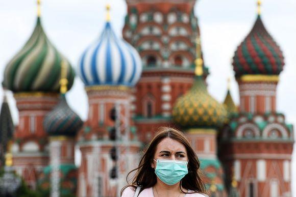 Kuvassa on hengityssuojainta käyttävä nainen Moskovassa.