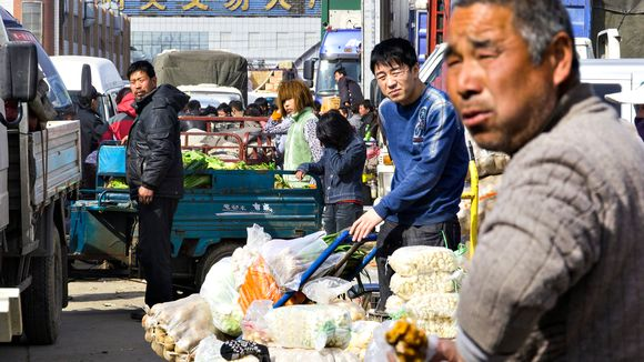 Myyjiä tukkutorilla Pekingissä