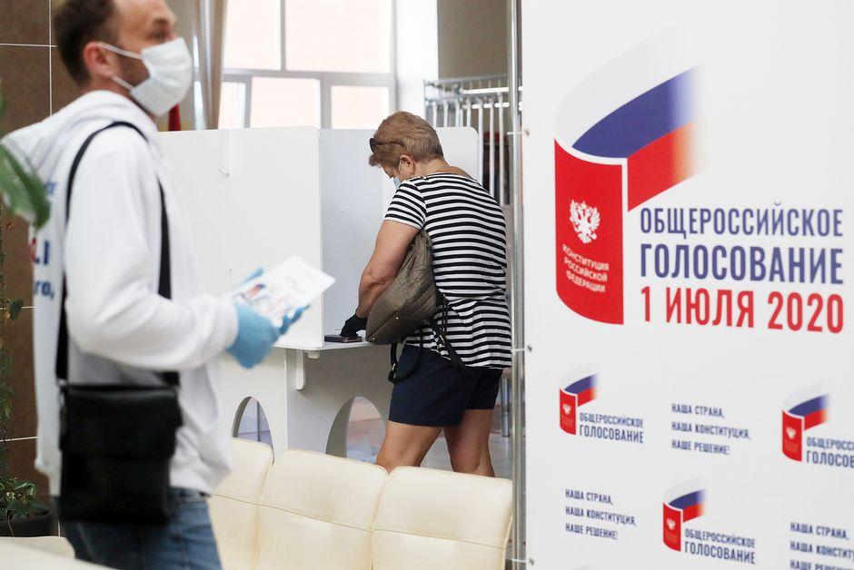 Ihmisiä äänestyspaikalla Moskovassa torstaina.