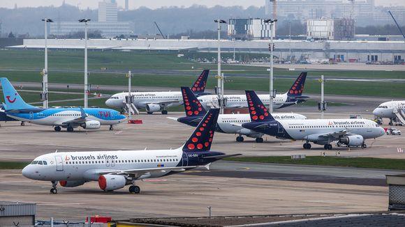 Kuvassa on Brussels Airlinesin lentokoneita kentällä lähellä Brysseliä.