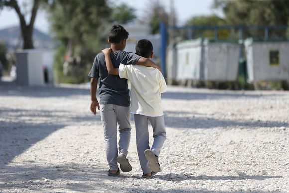 Kaksi pakolaispoikaa Afganistanista Lesboksen saarella Kara Tepen pakolaisleirillä.