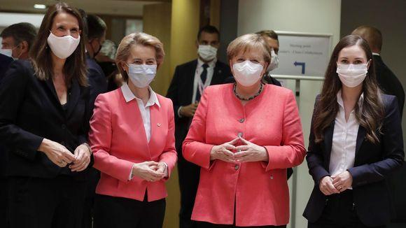 Suomen pääministeri Sanna Marin, Saksan liittokansleri Angela Merkel, Euroopan komission puheenjohtaja Ursula von der Leyen ja Belgian pääministeri Sophie Wilmes (kuvassa vasemmalla) yhteiskuvassa EU-huippukokouksessa Brysselissä 17. heinäkuuta 2020.