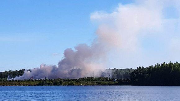 Stora Enson tehtaan hakekasoissa Varkaudessa lauantaina syttynyt tulipalo savutti edelleen sunnuntaiaamuna 19. heinäkuuta 2020.