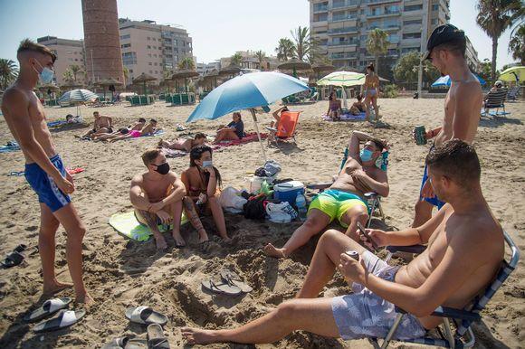 Turisteja La Misericordia -rannalla Malagassa.