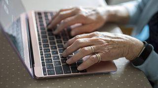 vanhus ikäihminen kädet tietokone