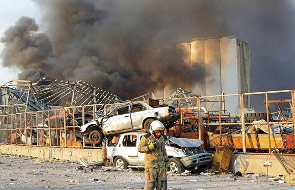 Autoja päällekkäin räjähdyspaikan lähellä.
