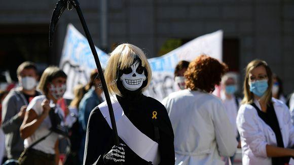 Viikatemieheksi pukeutunut hoitaja osoittaa mieltään Barcelonassa