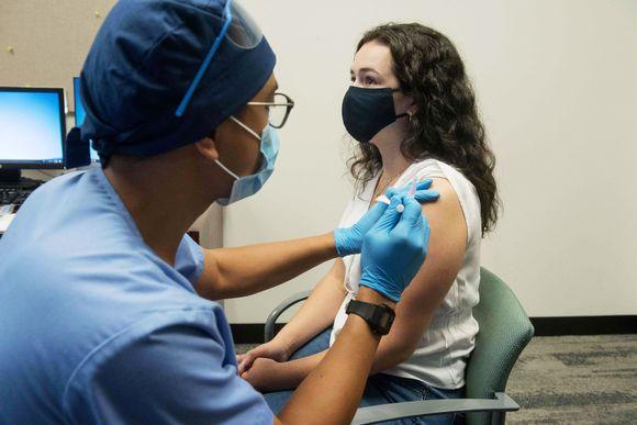 Vapaaehtoiselle testihenkilölle annettiin Modernan rokote Detroitissa 5. elokuuta.
