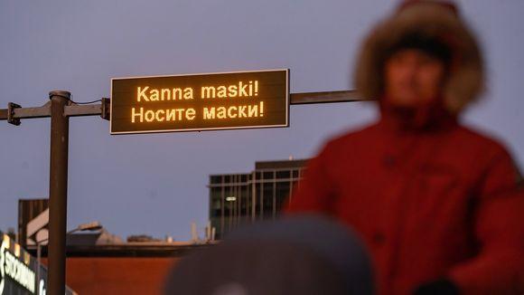 Käytä maskia, sanoo kyltti Tallinnassa joulukuun alussa.