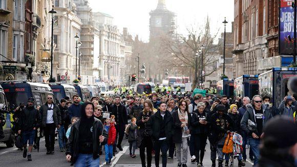 Mielenosoitus koronatoimia vastaan Lontoossa.