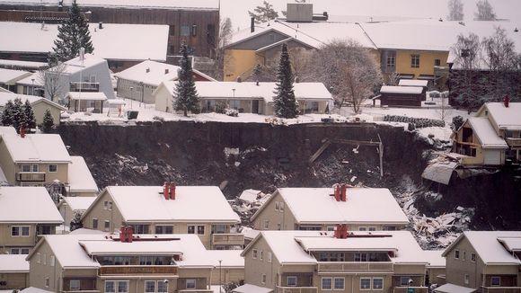 Gjerdrumin asuinalueen kattoja, keskellä maanvyöryalue.