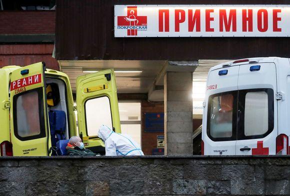 Ambulansseja sairaalan edustalla Pietarissa.