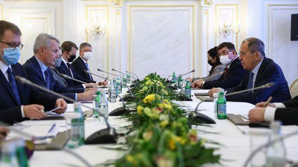 Pekka Haavisto ja Sergei Lavrov pöydän ääressä keskustelemassa.
