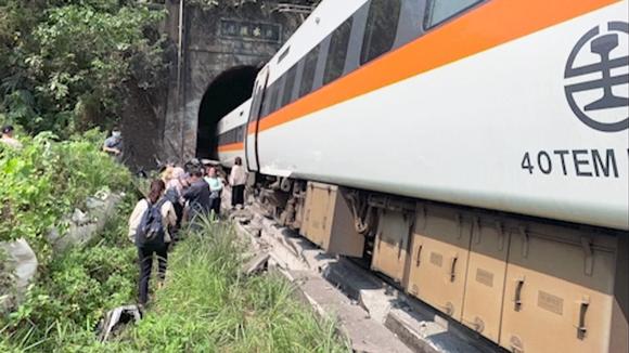 Kiskoilta suistunut juna lähellä Hualienin kaupunkia Taiwanissa.