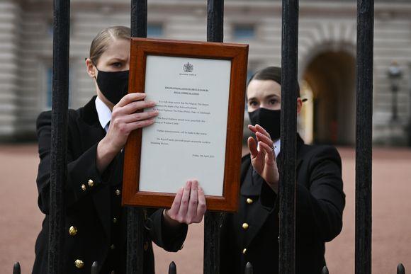 Virallinen ilmoitus prinssi Philipin kuolemasta kiinnitettiin Buckinghamin palatsin portille.
