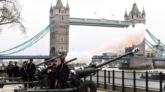 Sotilaat ampuvat kunnialauksia vanhoilla tykeillä Lontoossa.