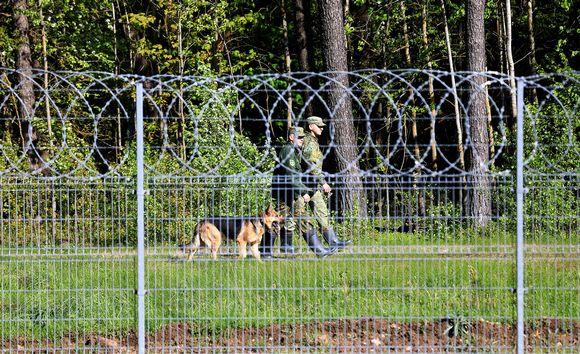 Valko-venäläisiä rajavartioita Liettuan vastaisella rajalla.