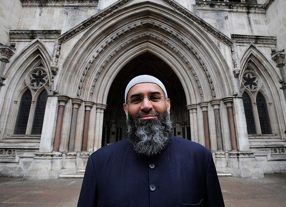 Muslimijohtaja Anjem Choudary oikeustalon edustalla Lontoossa.