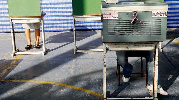 Thaimaalaiset äänestävät parlamenttivaaleissa Bangkokissa.