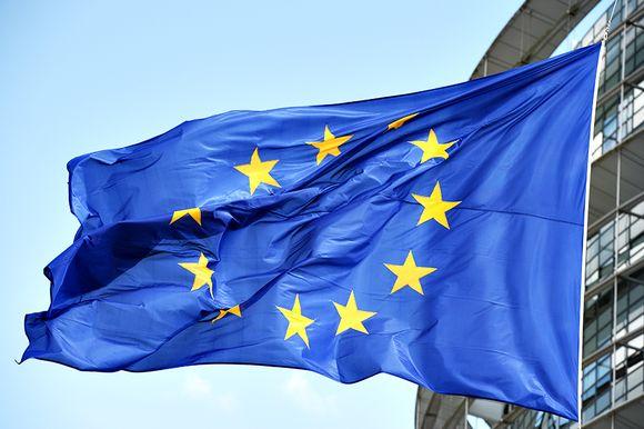 EU-lippu hulmuaa.