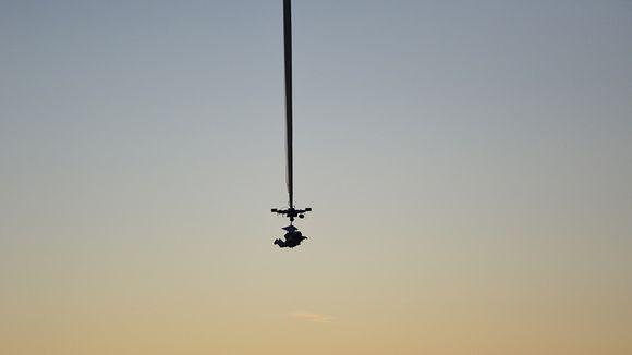 Video: Mies roikkuu ilmassa avaruuspuvussa.
