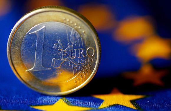Euron kolikko EU-lipun päällä.