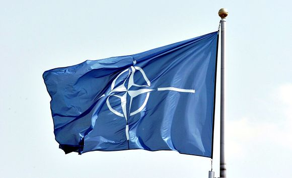 Naton lippu liehuu salossa.