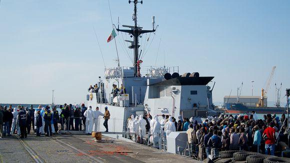 Siirtolaisia tuodaan Catanian satamaan.