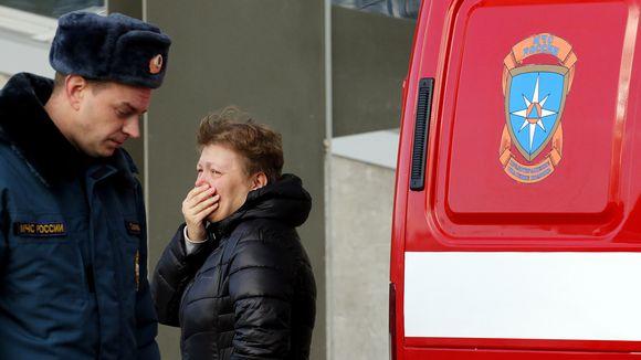 Lentoturman uhrin omainen itki lentokentällä Pietarissa 31. lokakuuta.