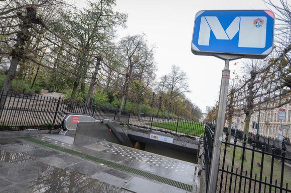 Suljettu metroasema Brysselissä lauantaina.
