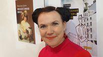 Kirjailija Rosa Liksom viihtyy Moskovan messuilmapiirissä.