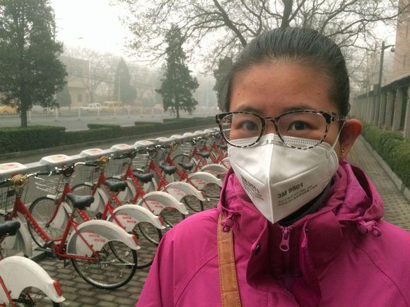 Pekingiläiset suojautuvat savusumulta hengitysmaskien avulla.