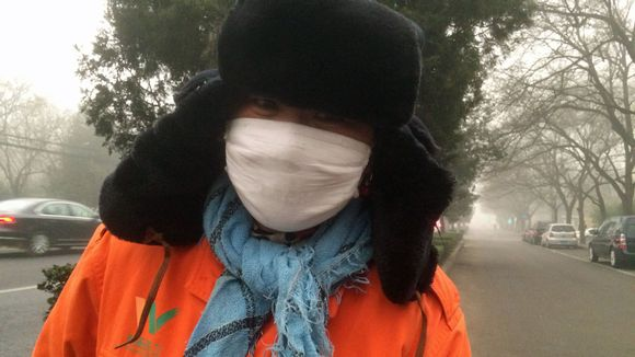 Pekingiläiset käyttävät hengityssuojaimia suojautuakseen savusumulta.