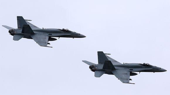 Kaksi Hornet-hävittäjää ilmassa.