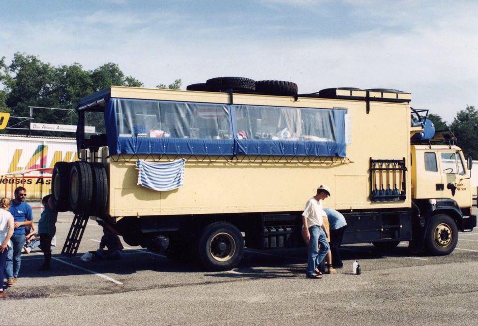 Afrikan-matkaan varustettu kuorma-auto parkissa Etelä-Euroopassa.