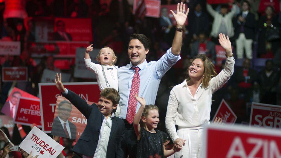 Justin Trudeau, vaimo Sophie Grégoire Trudeau ja kolme lasta vilkuttavat yleisölle liberaalipuolueen vaalitilaisuudessa.