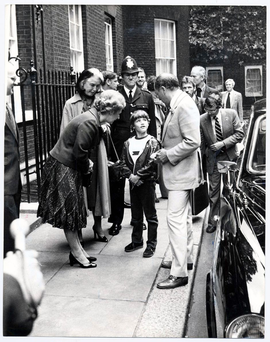 Britannian pääministeri Margaret Thatcher juttelee 8-vuotiaalle Justinille Lontoossa mustavalkoisessa kuvassa vuodelta 1980.
