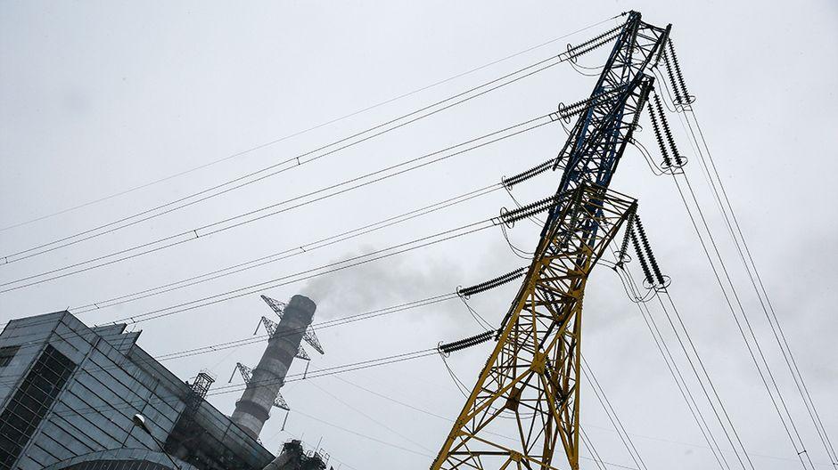 Voimalaitoksesta lähtevät sähkölinjat.