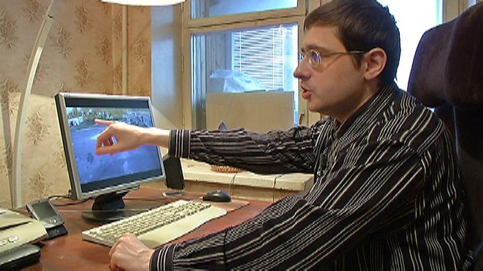 Video: Mies näyttä tietokonen ruutua.