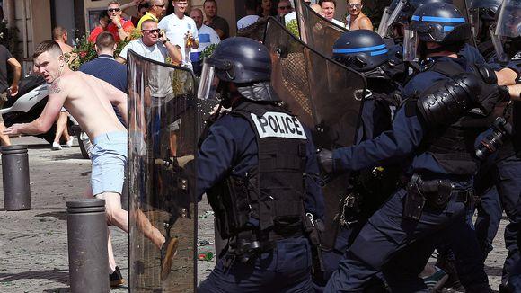 Jalkapallofanit ja ranskalaiset mellakkapoliisit kohtaavat Marseillessa lauantaina.
