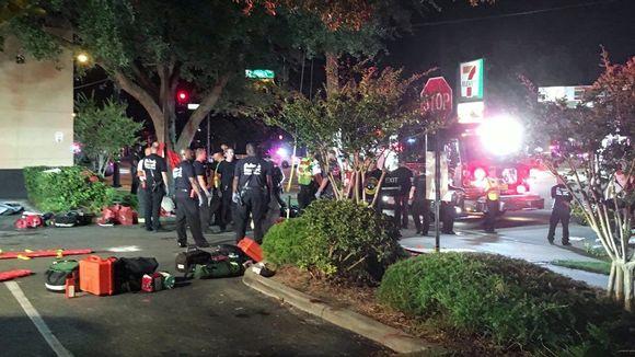Pelastushenkilökuntaa yökerhon edustalla Floridassa.